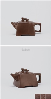 卧虎壶 (teapot with tiger shaped knob) by zhou guizhen