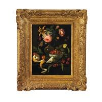 prachtvolles früchte- und blumenstilleben mit schmetterlingen und fliege vor dunklem hintergrund by martinus nellius