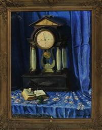 stilleben mit tischuhr, aufgeschlagenem buch und abgelegter lesebrille vor blauem vorhang by fritz faber