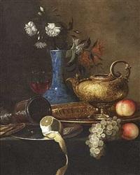 stilleben med druer, citron, fersken, messingfad og kande på et bord by christian berentz