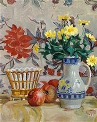 opstilling med blomster i en vase og æbler på et bord (+ opstilling med papegøje og en buket brogede blomster; 2 works) by anne e. munch