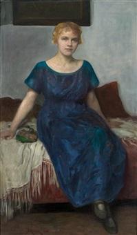 ganzfigürliches portrait einer jungen blonden frau im blauen kleid, auf einem sofa by simon glücklich