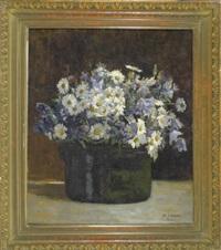 margariten und glockenblumen in einer schwarzen vase by anton jank