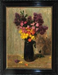 stilleben mit blumen in brauner vase vor neutralem hintergrund by simon glücklich