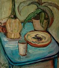der blaue tisch. stilleben mit chiantiflasche und agave by willibald kramm