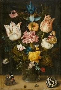 blumenstrauss mit tulpen, schwertlilie, gartennelke, ringelblume, rosmarinblättern und anderen blüten in einem römer mit schmetterlingen by ambrosius bosschaert the elder