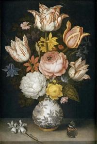 blumenstrauss in einer vase mit tulpen, rosen, narzissen, einer akelei, einem alpenveilchen, einer ranunkel, anemone und einem roten admiralsschmetterling by ambrosius bosschaert the elder