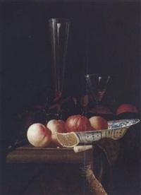 stilleben mit obst, schale und zwei gläsern by hendrick van streeck