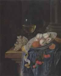 stilleben mti prozellanschüssel, römer und zitrone auf einer steinplatte by karel batist