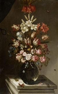 blumenstilleben in einer glasvase mit eidechse und schmetterling by jan baptist fornenburgh