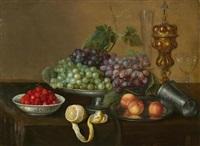 früchtestillleben mit trauben, erdbeeren, pfirsichen und zitrone auf einem tisch by frans ykens