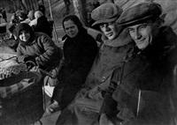 parkbank mit boris ignatowitsch, zweiter von rechts, moskau by olga ignatovich