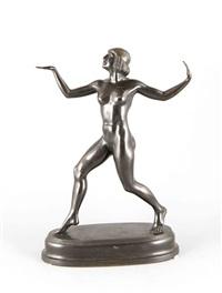 art-déco-ausdruckstänzerin in schreitender tanzgeste mit erhobenen armen und frisur im ägyptisierenden stil by fritz koelle