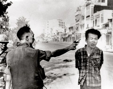 saigon general nguyen ngoc loan executing viet cong prisoner nguyen van lémprinted 1975 by eddie adams
