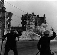auf dem schloßplatz im moment der detonation, berlin 15.9.50 by eva kemlein
