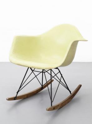 Sedia Dondolo Eames.Una Sedia A Dondolo Della Serie Plastic Group By Charles