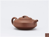 squat teapot by ren bei'an