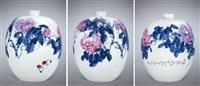 青花斗彩花卉瓶 (flower vase) by yu donghua