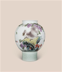 春园小趣瓶 (squirrel vase) by tu xusheng