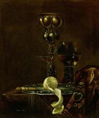 stillleben mit akeleipokal, römer, schalenglas und zitrone auf einem zinnteller by simon luttichuys