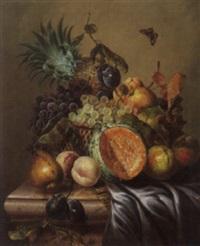 früchtestilleben mit melone, äpfel, birnen, trauben und ananas auf marmorplatte by james charles ward