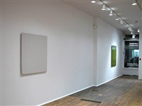 installation view - front room - white painting, 2004 (left), green painting, 2004 (right) by joseph marioni
