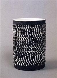 elégant vase cylindrique en céramique brun foncé à décor émaillé blanc en relief by jean besnard