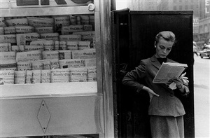 elbowing an out-of-town newsstand by louis stettner