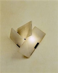 elégante paire d'appliques à trois plaques d'albâtre disposées en triangle sur une base en fer patiné noir by pierre chareau