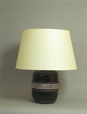 lampe en céramique à émaillage noir, présentant une frise centrale de batonnets émaillés blancs en relief alternés de profondes incisions by jean besnard