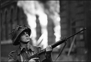 soldat britannique, londonderry, irlande du nord by gilles caron
