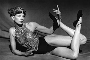 kirsten mcmenamy - hommage on diaghilew, harper´s bazaar usa, studio one, new york, 1993 by peter lindbergh