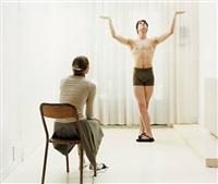 artiste avec danseur en apollon by elina brotherus