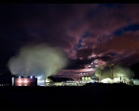 central geotérmica de noche (islandia, 2006) (geothermisches kraftwerk bei nacht, island) by josé maria mellado