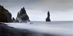playa negra y rocas (islandia, 2006) (schwarzer strand und felsen, island 2006) by josé maria mellado
