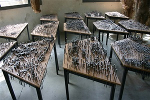 trapèze-tables avec clous by thomas hirschhorn