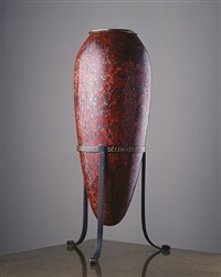 vase oblong en dinanderie laquée rouge striée de noir et de nacre. piètement tripode en bronze. by jean dunand
