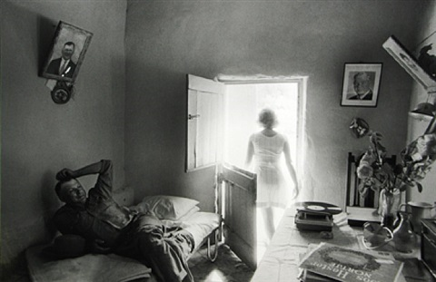 lewies nel in his voorkamer, gamkaskloof (from 'some afrikaners revisited') by david goldblatt