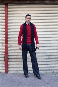 'mann auf dem weg zur arbeit' kairo, wasaṭal-balad (downtown) 09.01.2011 by joseph huber