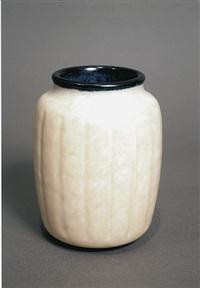 vase épaulé en grès émaillé blanc nuagé, bordé de noir au col et à la base by émile decoeur