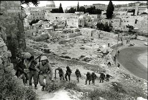 les soldats israéliens pénètrent dans jérusalem est. guerre des 6 jours. israël juin 1967 by gilles caron