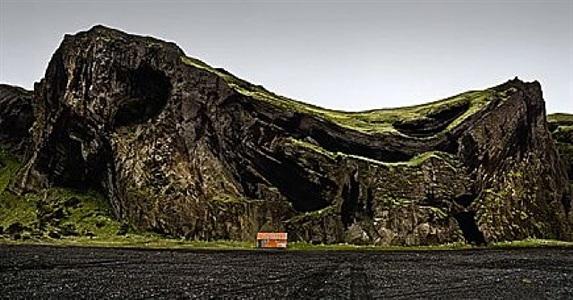 la cabaña y la montaña que grita, islandia (the hut and the howling mountains, island) by josé maria mellado