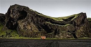 la cabaña y la montaña que grita, islandia (the hut and the howling mountains, island) by josé maria mellado