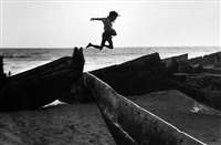 the beach at puri, orissa, india by martine franck