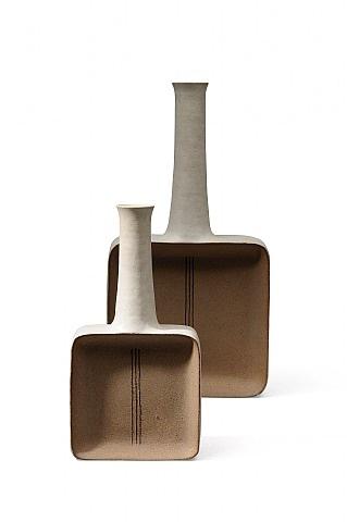 ensemble de deux céramiques en grès naturel et blanc by bruno gambone
