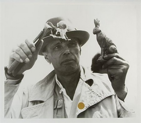 friedenshase mit goldpunkt by joseph beuys