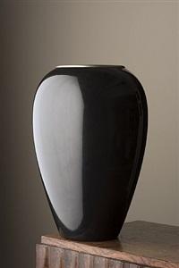 vase oblong en dinanderie laquée noir, le col bordé d'un filet de cuivre jaune. by jean dunand