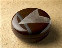 boîte ronde en laque brune à décor argent et noir by eileen gray