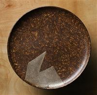 assiette en laque arrachée brune et décor géométrique argent by eileen gray