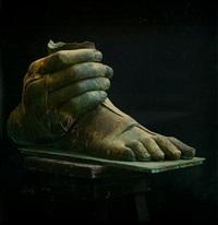 piede con mano by igor mitoraj